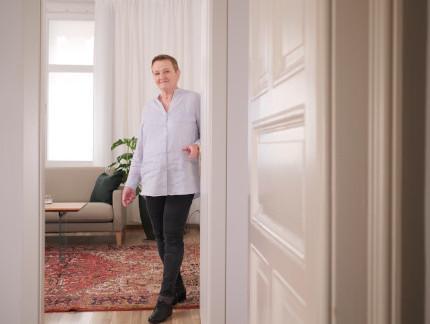 Psychotherapeutin Elfriede Ulbl steht in einer hellen Bluse in der Eingangstür zu ihrem Praxisraum